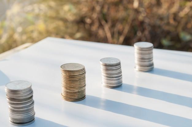 抽象的な背景をぼかした写真に成長しているスタッキングコイン