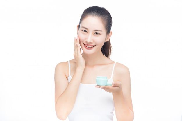 完璧な健康肌を持つ若い女性の美しい顔