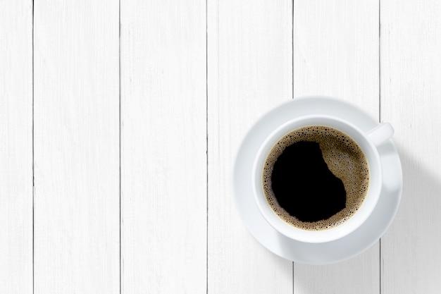 木製のテーブルに白いマグカップコーヒー