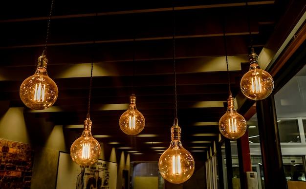 Украшенная лампа в ресторане