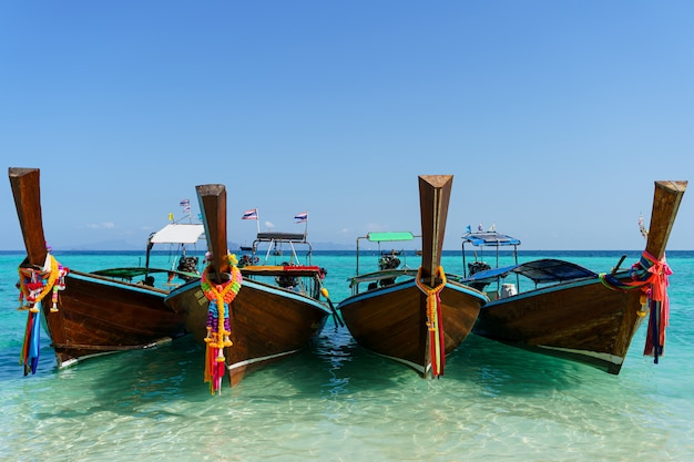 Азиатские лодки на бирюзовой воде