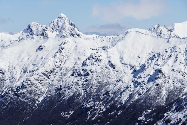 冬の雪に覆われた山の頂上