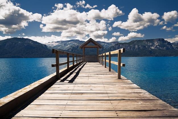 青緑色の水に木製の桟橋