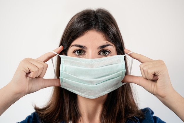 医療用防護マスクを着た若い女性
