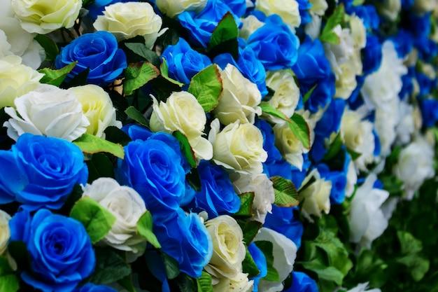 青と白のバラの花を偽造します。