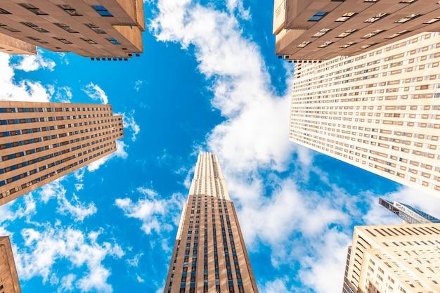 Нью-йорк, сша: здание рокфеллер-центра в манхэттене, вид снизу
