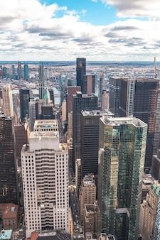 Нью-йорк, сша верхняя часть скалы в нью-йорке, вид смешанных зданий манхэттена