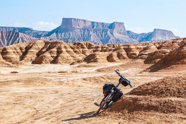 Велоспорт через барденас реалес в наварре. испания
