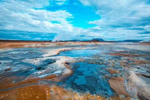 水の貯水池と沸騰した硫黄のあるミーヴァトン公園の美しい風景。アイスランド