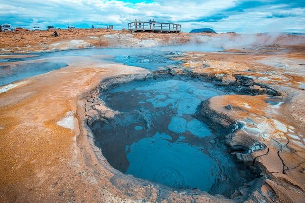 ミーヴァトン公園の風景の中の熱湯のプール。アイスランド