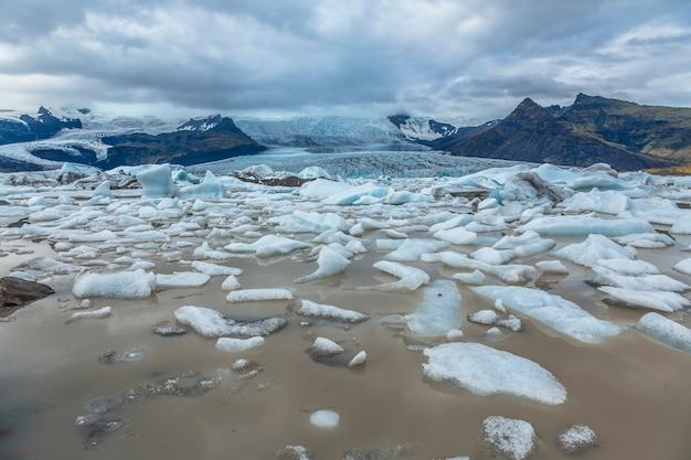 アイスランド南部のゴールデンサークルにある手配氷河氷山湖