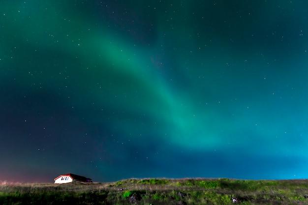 Зеленые огни прекрасного северного сияния на полуострове рейкьянес на юге исландии