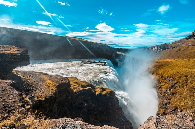 Водопад гульфосс в золотом круге на юге исландии с большим количеством воды одним летним утром