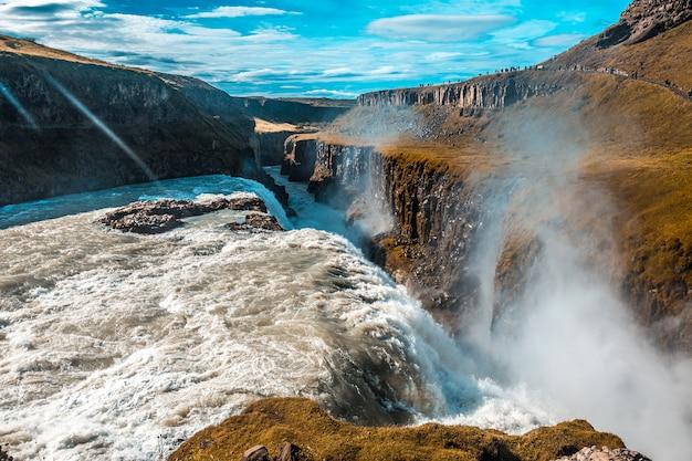 アイスランド南部のゴールデンサークルのグトルフォスの滝にたくさんの水