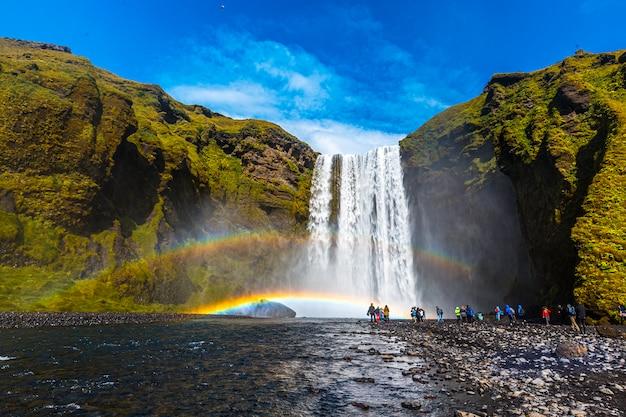 アイスランド南部のゴールデンサークルにある美しいスコガフォスの滝で観光客