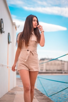 ライフスタイル、ボートに乗って茶色のスーツを散歩し、海を見渡すかなりブルネット