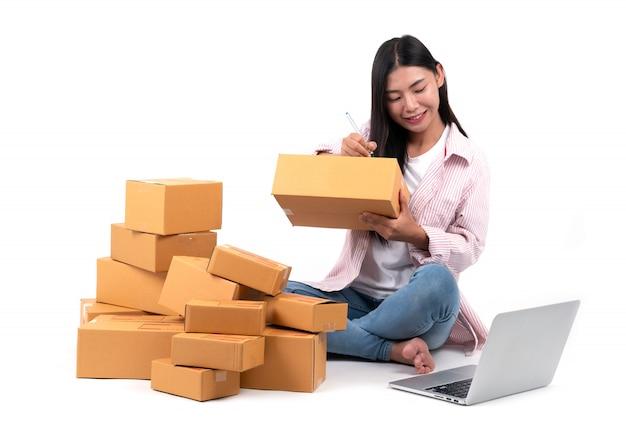 Женщина работает продать онлайн