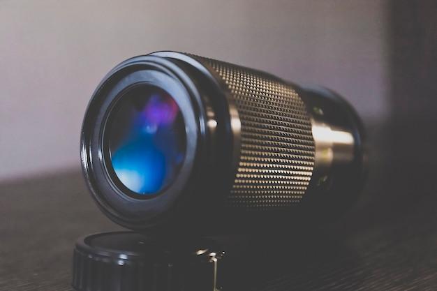 青色のトーンを持つカメラ用テレレンズ