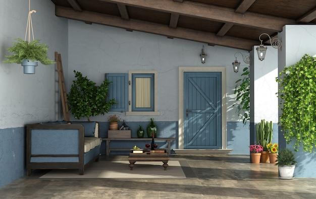 正面玄関とビンテージソファ付きの古いポーチ