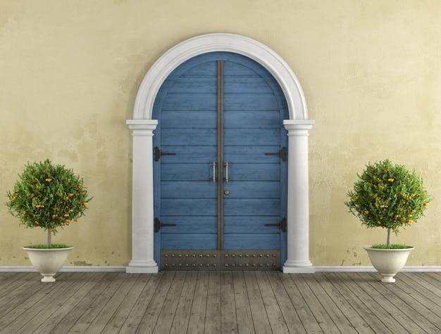 Ретро дом вход со старой деревянной дверью