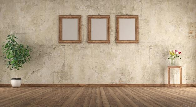 Старая пустая комната с деревянной рамкой на стене