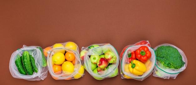 ワイドバナー。新鮮でジューシーな果物と野菜を、環境にやさしい再利用可能なメッシュバッグに入れました。