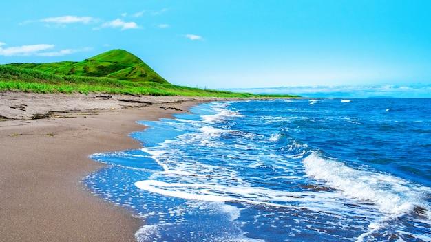 風光明媚な海。ロシア、サハリン島の日本の海の美しい海岸。