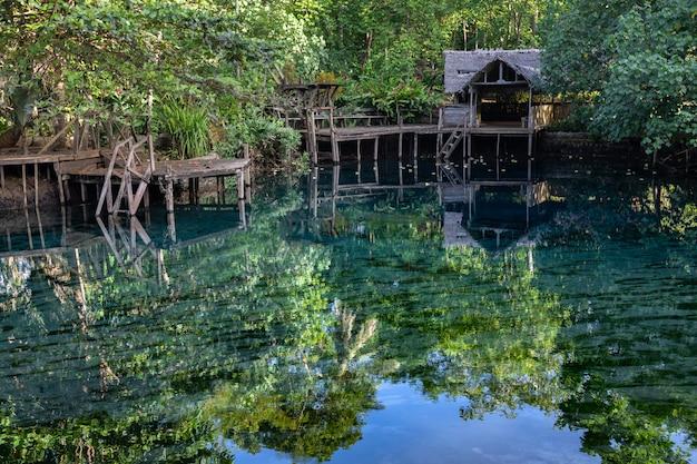 緑豊かな熱帯雨林淡水湖ブルーラグーンの木造の小屋