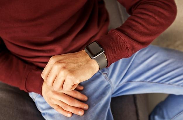 Мужчина смотрит на часы на руку