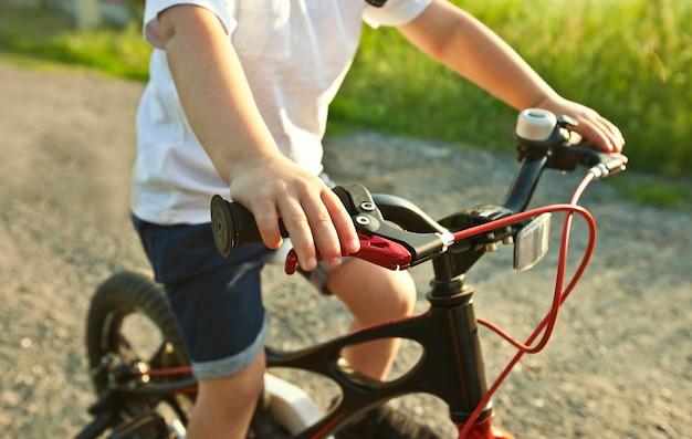 アスファルトの道路を自転車に乗る少年