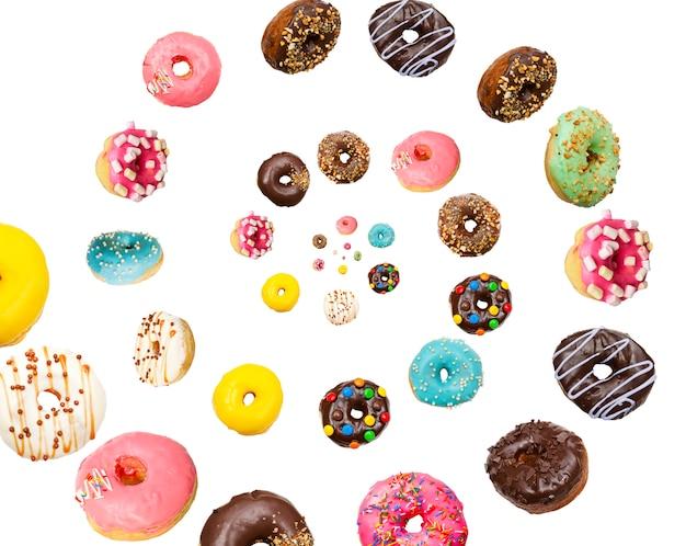 Вкусные пончики на белом фоне