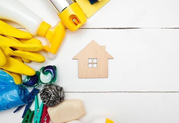 掃除道具と小さな木造住宅