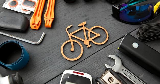 木製のテーブルに別の自転車アクセサリー