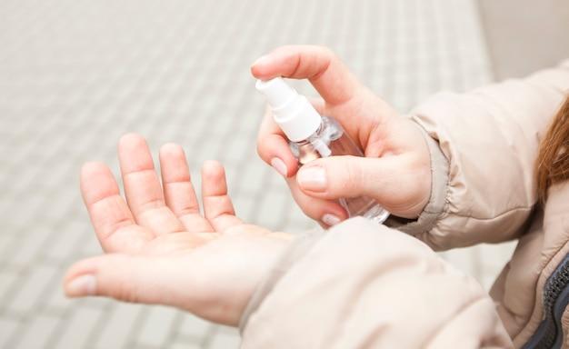 消毒剤で手を消毒する若い女性