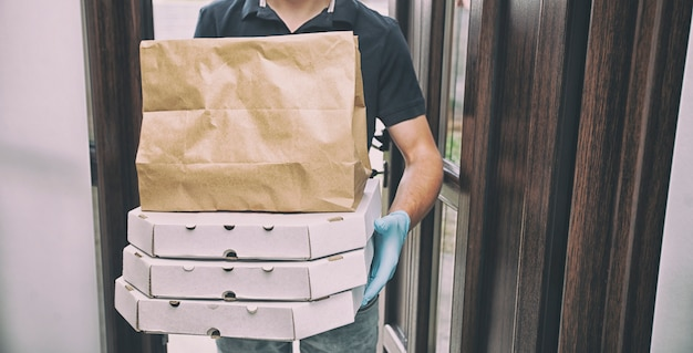 レストランから食べ物を届ける宅配便