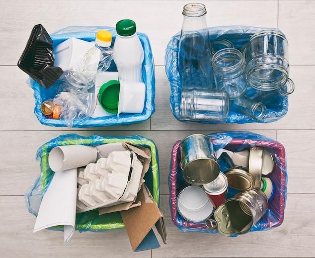 ごみを分別するためのさまざまなコンテナ