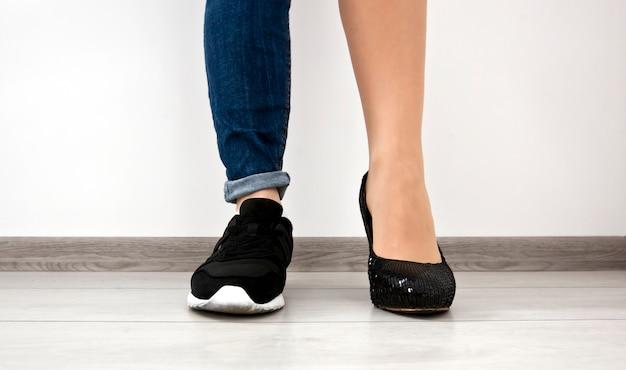 さまざまな種類の靴を履いている女性の足
