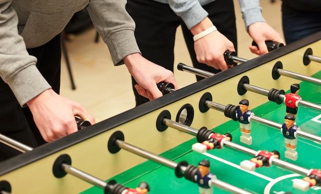 男たちは室内で卓球をしている