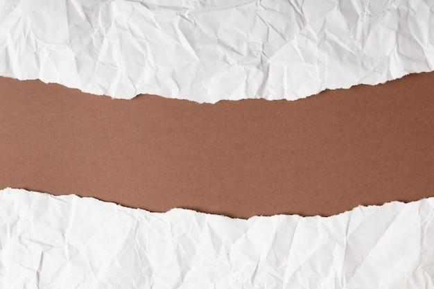 茶色の破れた紙。