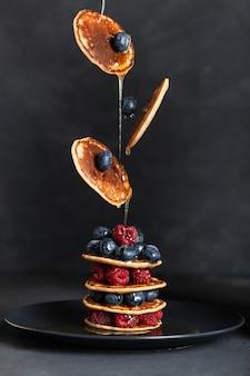 ベリーとメープルシロップのパンケーキ。フライングフード。