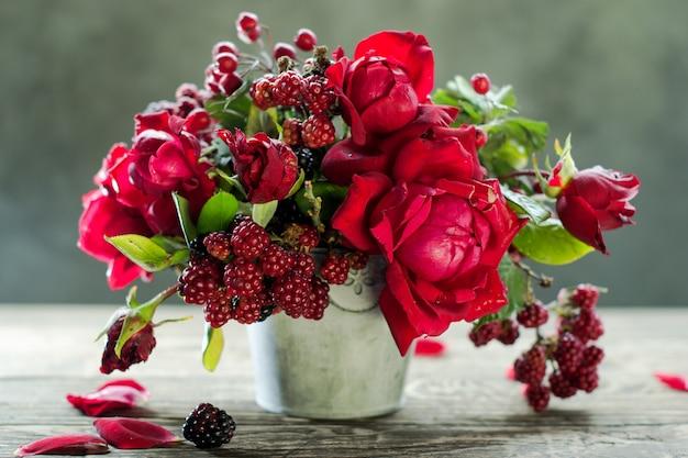 Красные розы и малина в вазе