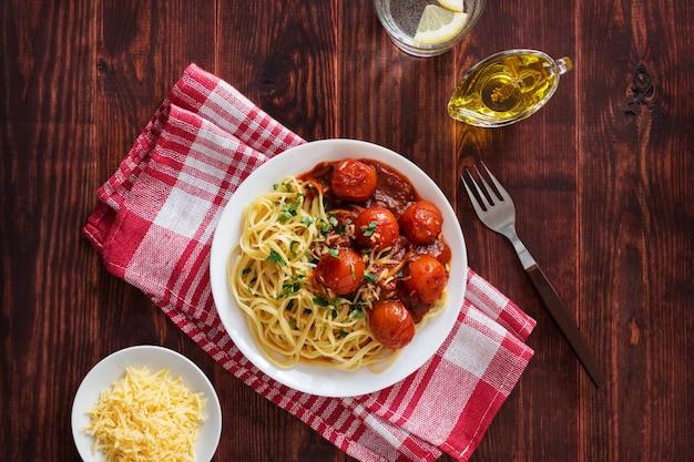 チェリートマトソースとオリーブオイルを入れたイタリアンパスタ