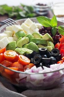アボカド、オリーブ、トマトの野菜サラダ