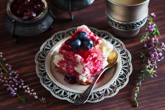 ジャムとブルーベリーのケーキ