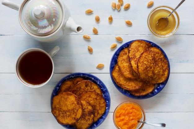 Тыквенные оладьи с медом и чаем