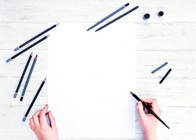 空の白い紙のシートと書道ペン