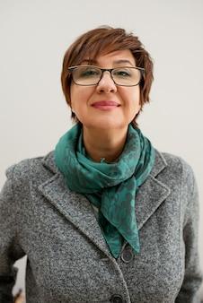 オフィスで笑みを浮かべて黒い眼鏡をかけている女性心理学者の肖像画