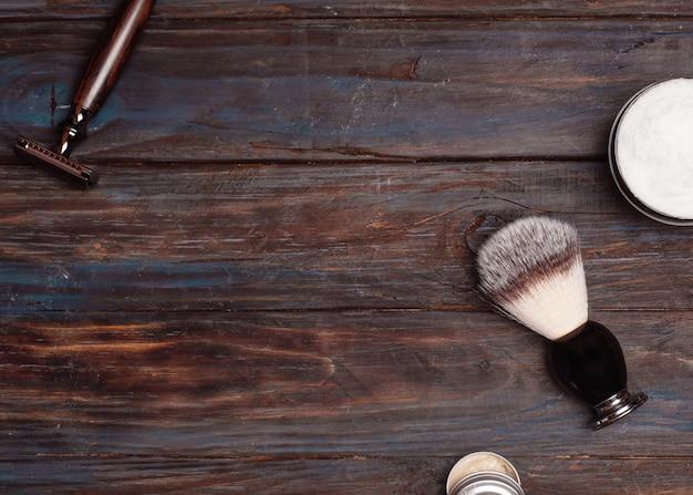 かみそり、ブラシ、ウッドの背景にバルサム。