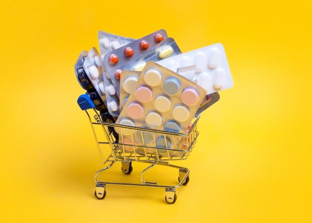 さまざまな錠剤や錠剤のショッピングカート
