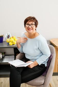 笑顔でオフィスに座っている女性心理学者
